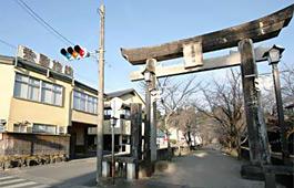 菊池神社、第一鳥居横に栄屋旅館はあります